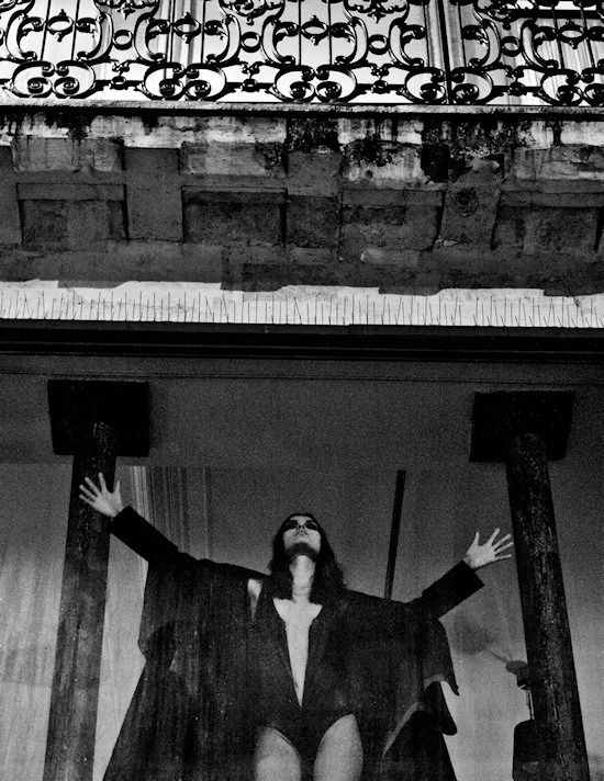 Tania Onishchenko in the Dark Palace. Photographerd by Jurij Treskow for the Contributor Magazine.