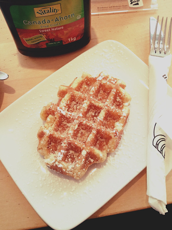 Belgian wafer with Canadian maple syrup, Belgische Waffel mit kanadischem Ahornsirup @ Blue Orange Alserbachstrasse, Wien