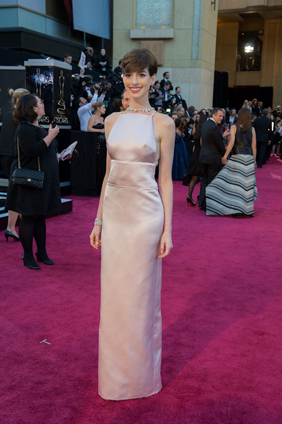 Anne Hathaway @ Oscars 2013 Red Carpet