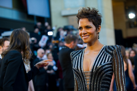 Halle Berry @ Oscars 2013 Red Carpet