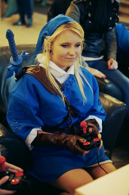 Link from Zelda cosplayer playing classic games @ Game City 2014