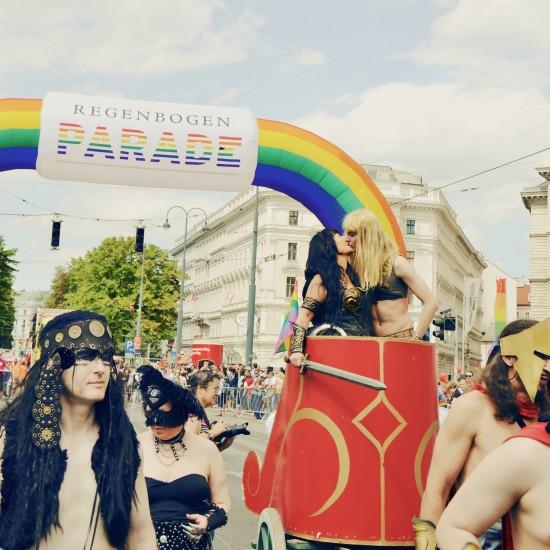Xena kissing Gabrielle @ Vienna Pride 2014 / Regenbogenparade Wien