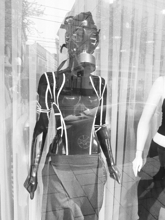 Shutdown Photography: Gas Mask VDR Fashion