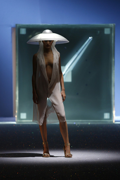 Hussein Chalayan Spring 2007 Self-Undressing Dress