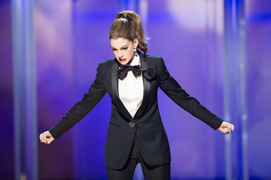 Oscars 2011: Anne Hathaway in tuxedo